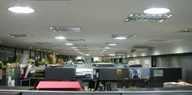 Trabajo de iluminación en amplias oficinas